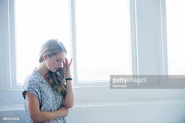 Frau suchen verärgert oder Schmerzen.