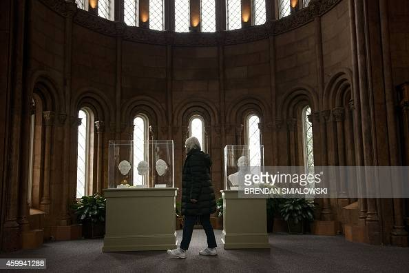 A woman looks at 3D prints of scans of former US President Abraham Lincoln and US President Barack Obama at the Smithsonian December 4 2014 in...