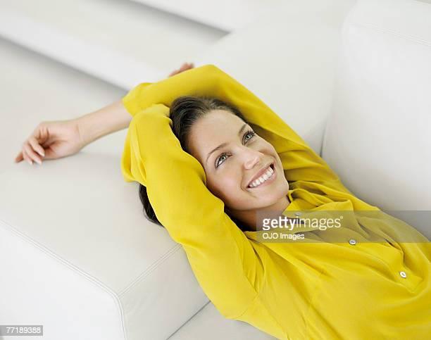 Eine Frau liegt auf einer couch