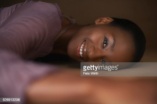 Woman lying down and smiling : Bildbanksbilder