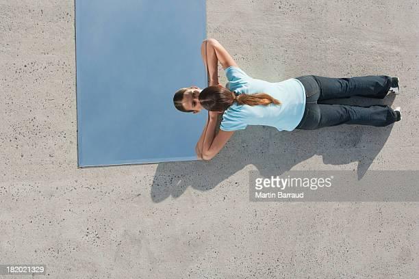 Frau liegen im Erdgeschoss mit Spiegel und Reflexion