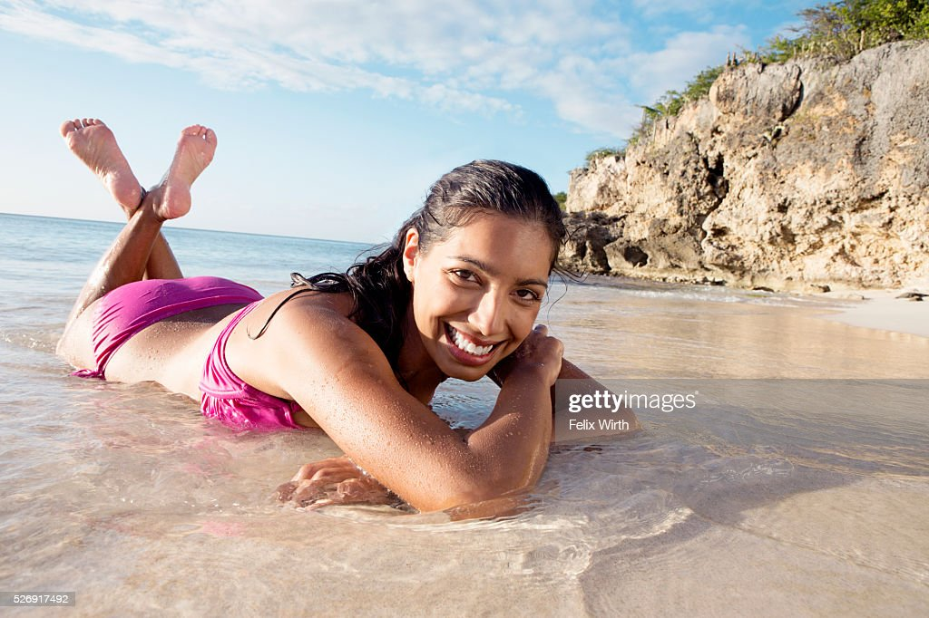 Woman lying on beach : Foto de stock