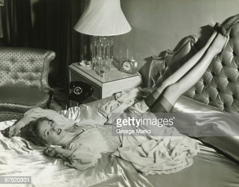 Vintage stocking foto e immagini stock getty images - Foto di donne sul letto ...