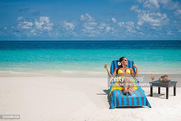 Frau liegend Liegestuhl
