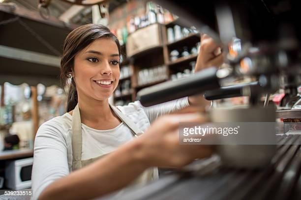 Mujer haciendo una taza de café.