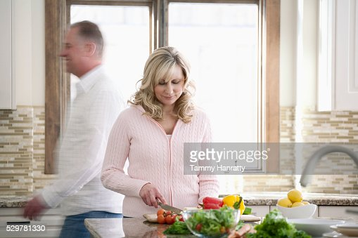 Woman making a salad : Stockfoto