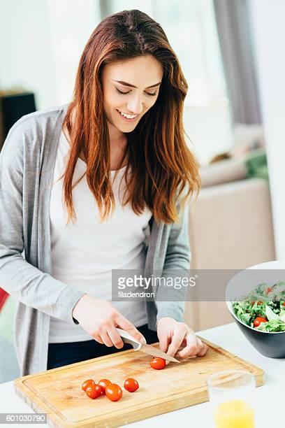Mujer haciendo una ensalada