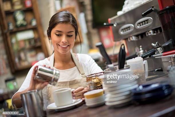 Femme faire du café dans un café