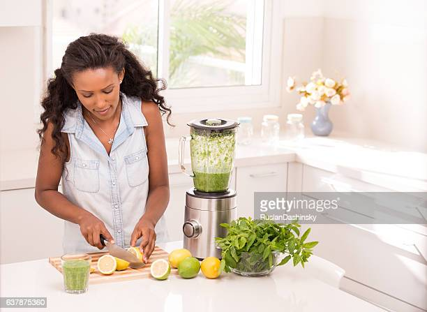 Femme faisant de Limonade fraîche.