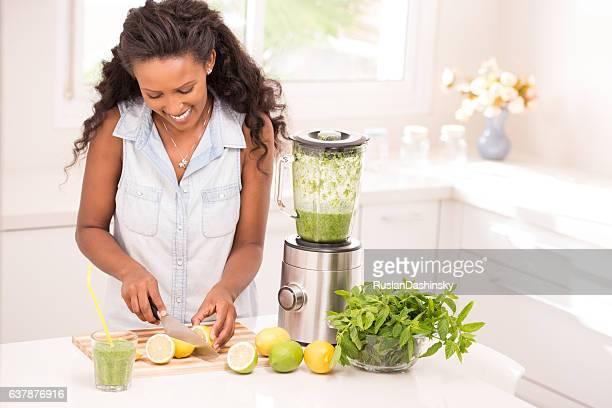Frau machen Frische Limonade.