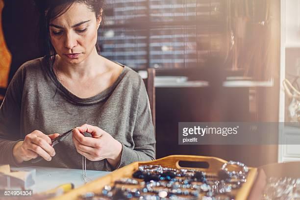 Donna facendo gioielli