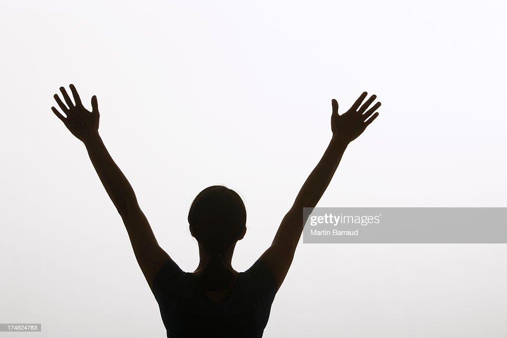 Mulher fazendo sinais de paz com as mãos no ar : Foto de stock