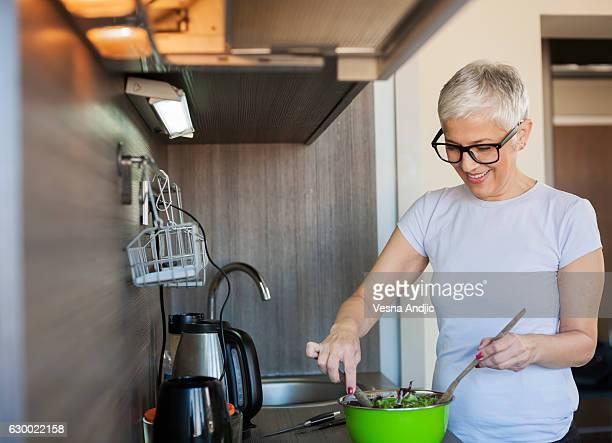 Frau machen Salat