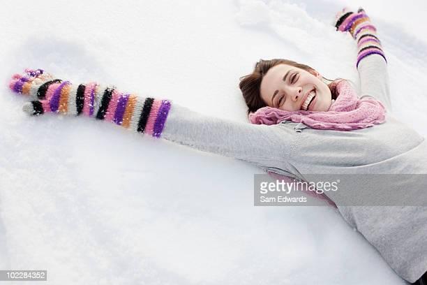 Femme faisant Ange des neiges