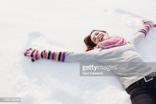 Mujer haciendo ángel de nieve