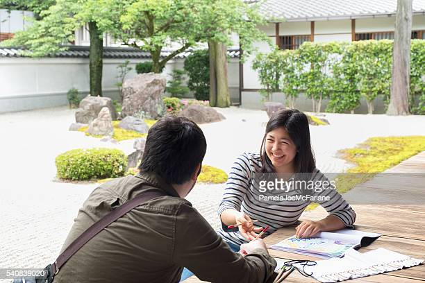 Frau, die Mann Färben Erwachsenen Malbuch, japanische Steingarten
