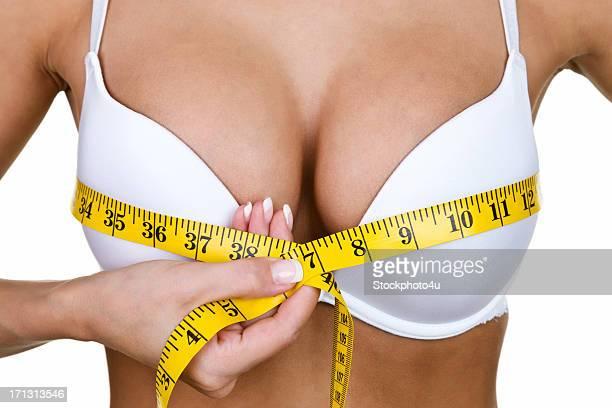 女性彼女の乳房の測定