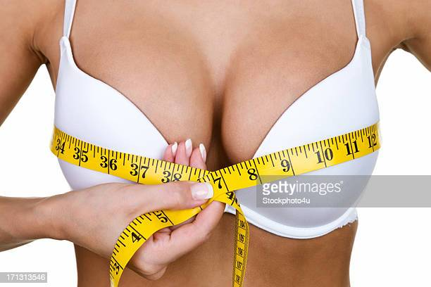 Frau misst Ihre Brust