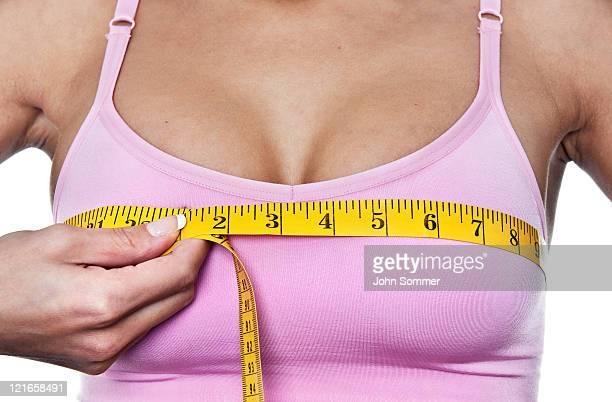 女性彼女のバストラインを測定
