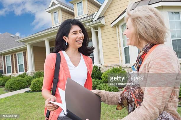 Frau treffen Makler zu unterzeichnen Vertrag auf neues Zuhause