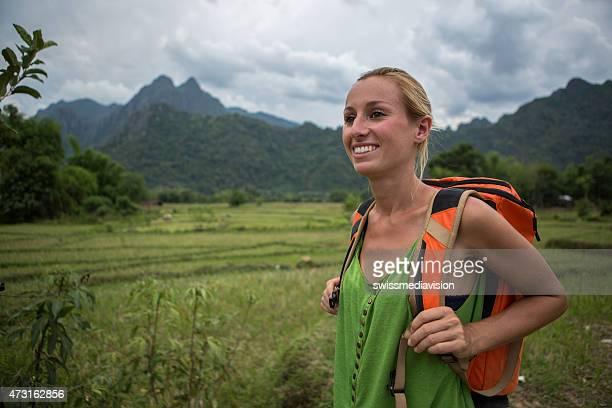 Frau Wandern in den Bergen