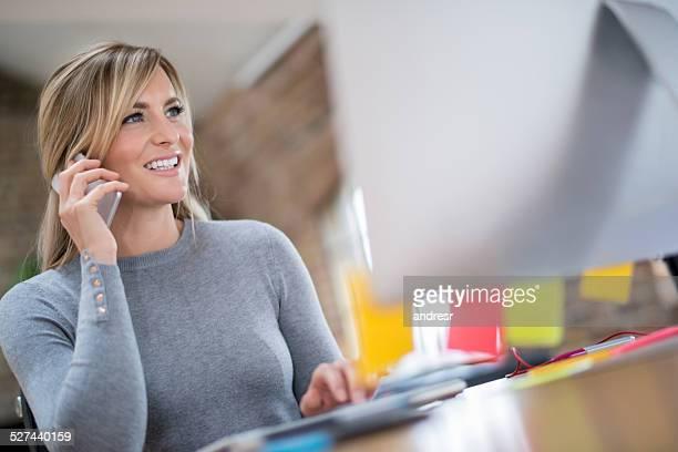 Frau multitasking in Ihrem Büro