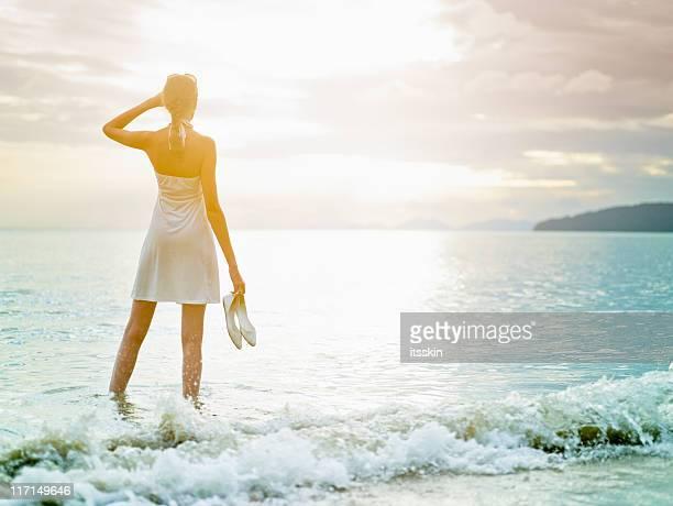 Frau in der Nähe von Meer. Sunset time.