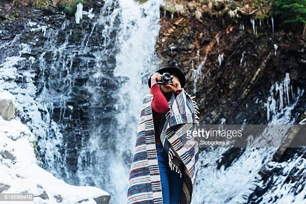 Frau in der Nähe von Wasserfall