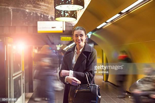 Femme sur une plate-forme de la station de métro de Paris (métro).