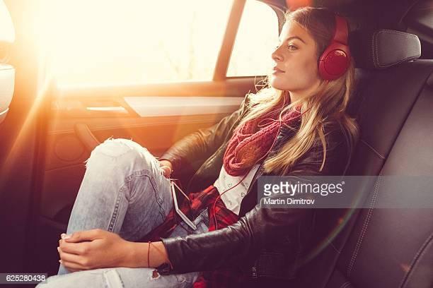 Frau auf einem road trip