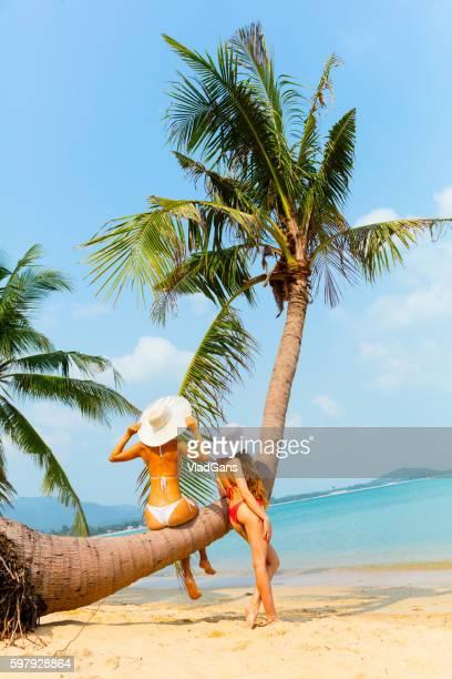 Frau an einem tropischen Strand