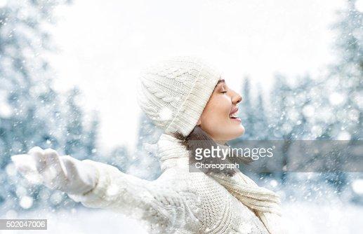 Donna su un inverno a piedi : Foto stock
