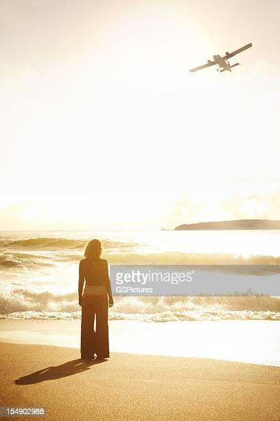 夕暮れ時のビーチにいる女性
