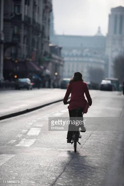 Vue arrière de la femme sur un vélo à Paris, France