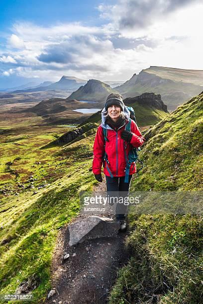 Frau auf Quiraing Trail, Isle of Skye Schottland