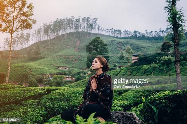 Frau auf Teeplantage in Indien