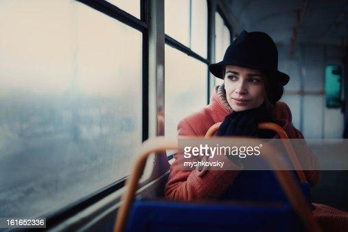 Mujer en la estación de tren