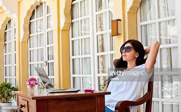 トロピカルなバケーションを使用して女性のラップトップホテル