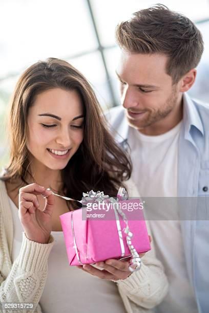 Femme ouvrant un cadeau