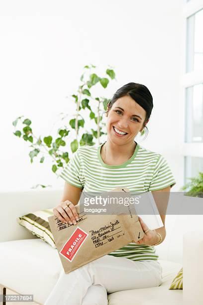Frau öffnen ein package