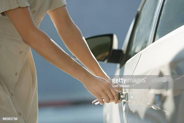 Femme ouvrir Portière de voiture