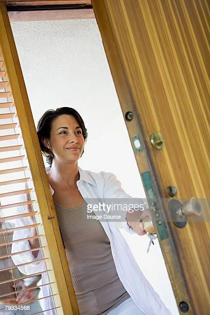 Femme ouvrir la porte