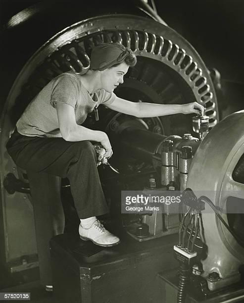 Mujer de la máquina de funcionamiento en fábrica, (B & P