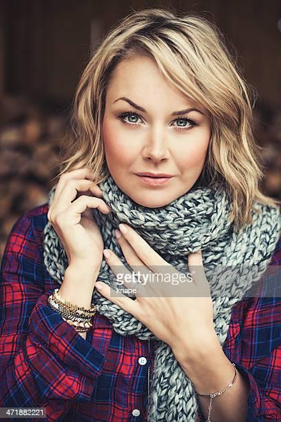 Frau im Freien im Herbst