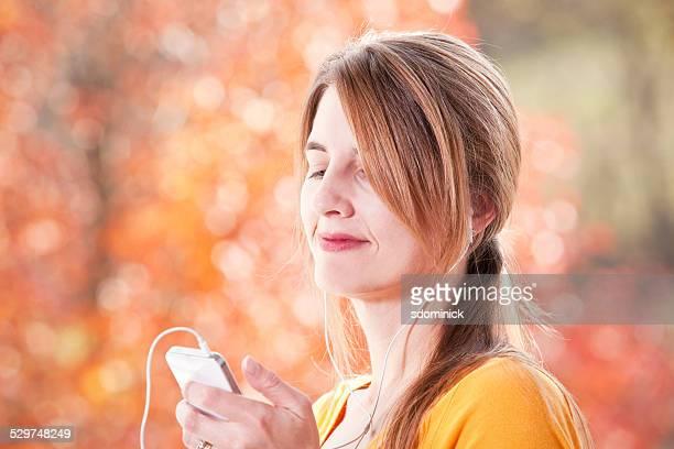 女性の音楽を聞きながら屋外