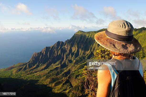 Donna all'aperto guardando una vista magnifica e future sull'isola di Kauai