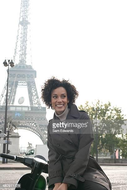 Frau im Freien auf Rollstuhl mit Eiffelturm