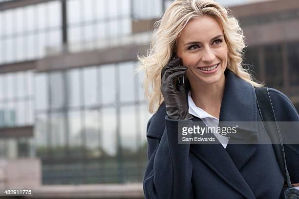 Frau mit Handy im Freien