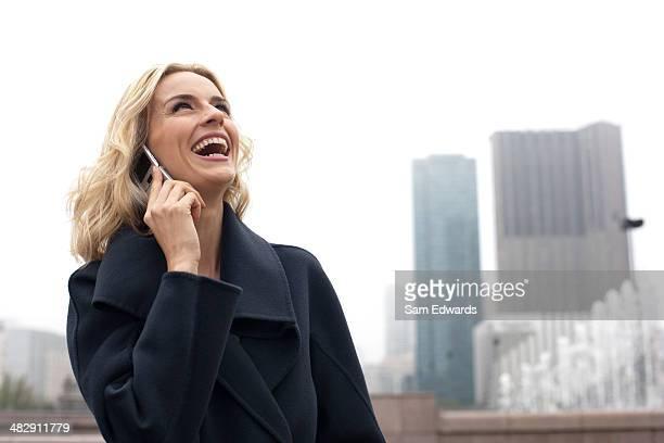 の携帯電話を使用して女性屋外
