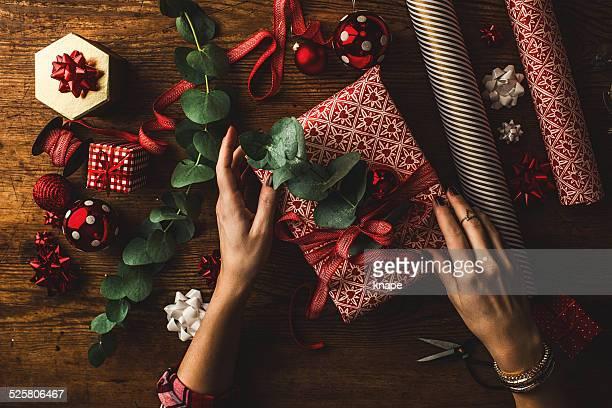 女性コンテンポラリーなクリスマスギフト包装